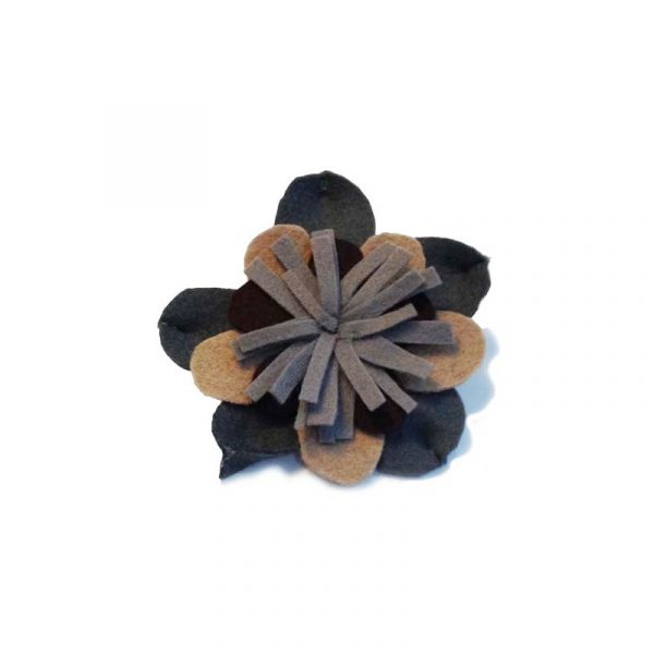 Broches de flores de fieltro chocolate